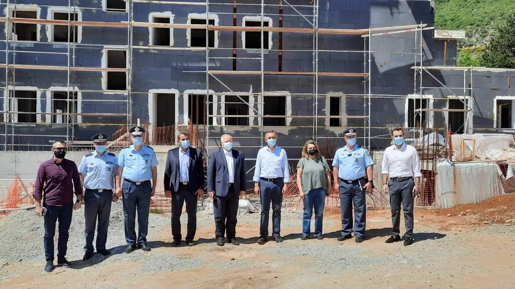 Τo υπό κατασκευή Αστυνομικό Μέγαρο Καστοριάς επισκέφθηκε ο Γ.Γ. του Υπουργείου Προστασίας του Πολίτη Κωνσταντίνος Τσουβάλας, συνοδευόμενος από τον Περιφερειάρχη Δυτικής Μακεδονίας Γιώργο Κασαπίδη 1